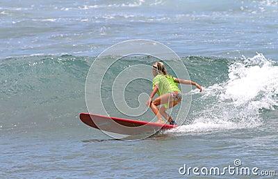 Praticare il surfing della ragazza