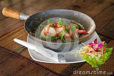 Prato tailandês com camarões do rei