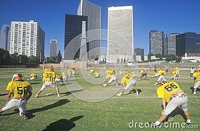 Prácticas del equipo de fútbol de la High School secundaria Imagen editorial