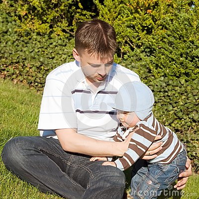 Père et fils sur l herbe