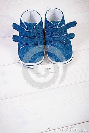 Free Pregnancy Test With Positive Result And Baby Shoes For Newborn, Expecting For Baby Stock Photo - 92216330