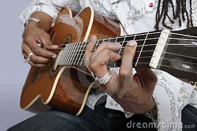 Prendendo uma corda da guitarra