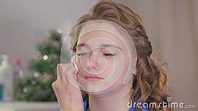 Preparación de la piel del modelo para la aplicación del maquillaje Tratamiento de la cara con una toallita de algodón empapada e metrajes