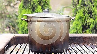 Preparación de sopa en una olla almacen de video