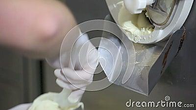 Prepari il gelato con la macchina del professionista, sapore dell'ananas stock footage