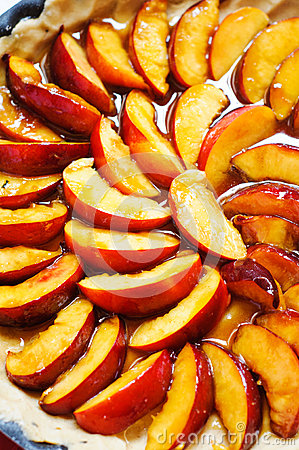 Preparing peaches tart