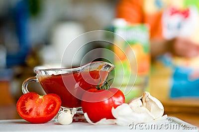 Preparing tomato poignant sauce