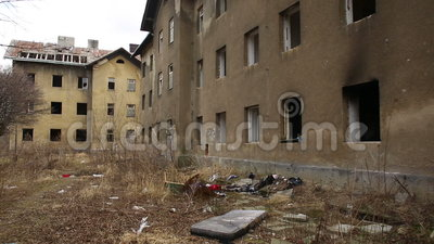 PREROV, ЧЕХИЯ, 25-ОЕ ФЕВРАЛЯ 2017: Бедные гетто покинули бывшего цыганина акции видеоматериалы
