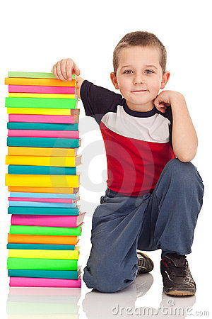 Preschooler y libros grandes de la pila