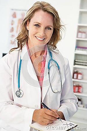 Prescripción femenina de la escritura del doctor de la mediados de edad