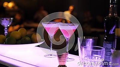 Presentatie van niet-alkoholische cocktails, analogon van kosmopolitische cocktail, moktel, glazen bij de bar, cocktail party stock footage