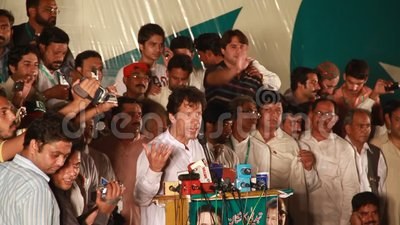 Presidente Pakistan Tehreek-e-Insaf Imran Khan que dirige a la muchedumbre metrajes