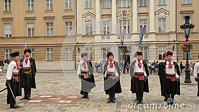 Prestazione storica a Zagabria, reggimento del foulard, guardia dell'onore, rievocazione video d archivio