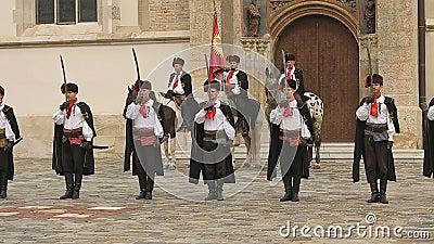 Prestazione a Zagabria, reggimento del foulard che sta in una linea vicino alla chiesa di St Mark archivi video