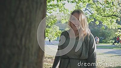 Pretty Blonde Woman Plus Größe Smile Rotation Pose stock footage