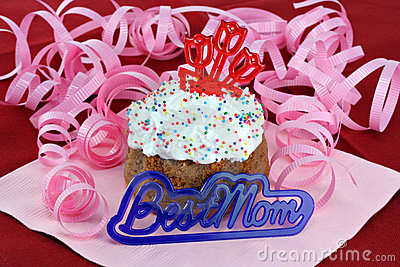 Pretty cupcake for mom with Best Mom in front.