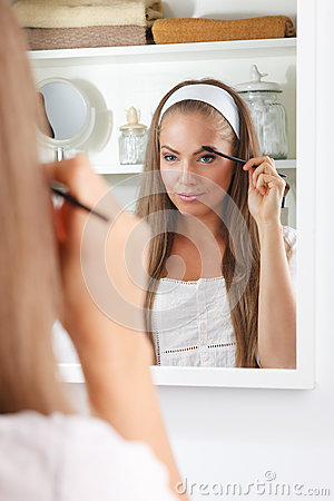 Free Pretty Woman Fixing Her Eyebrows Stock Images - 59760974