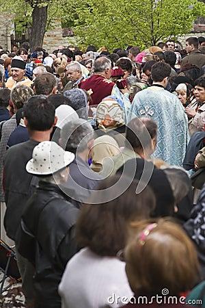 Priester in der Masse Redaktionelles Foto