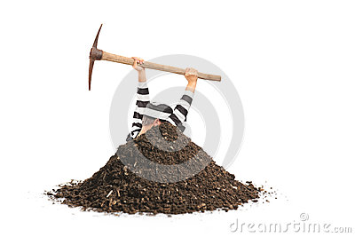 Prigioniero maschio che scava un foro e che prova a sfuggire a