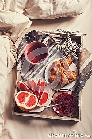 Prima colazione sul vassoio nel letto di mattina - Vassoio da letto colazione ...
