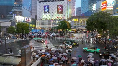 Primeiro dia na faixa de travessia dos pedestres do jidai de Reiwa do per?odo de Reiwa no distrito de Shibuya em um dia chuvoso video estoque