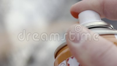 Primer de fingeres del espray de la poder de pintura acci?n El artista del arte de la calle dibuja con la botella de pintura de e almacen de video