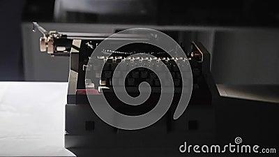 Primer de las viejas llaves mecánicas de la máquina de escribir Un objeto antiguo almacen de video