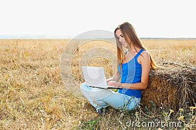 Primer de una chica joven que usa la computadora portátil