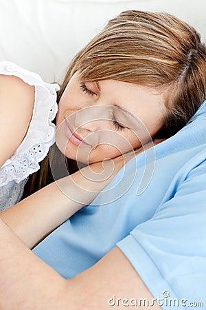 Primer de una mujer durmiente que abraza a su novio