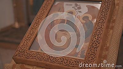 Primer del altar cristiano en la iglesia ortodoxa En el altar es un caso de madera con un libro de la iglesia dentro almacen de metraje de vídeo