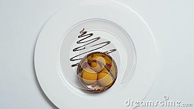 Primer del postre molecular hecho de la salsa blanca de la crema y de chocolate existencias Gastrónomo de la comida Gastronomía m almacen de video