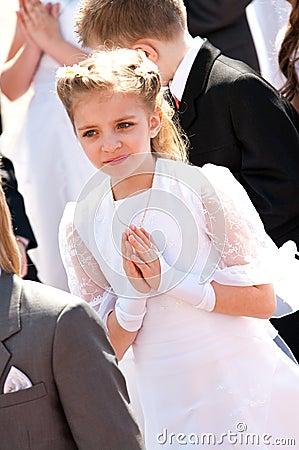 Primera muchacha de la comunión santa