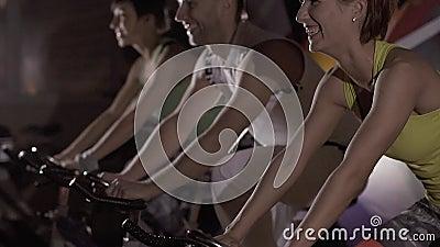 Primo piano del gruppo sportivo che fa cardio addestramento nella palestra