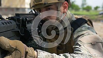 Primo piano del movimento lento di un soldato e della sua pistola militare durante l'esercizio di allenamento speciale video d archivio