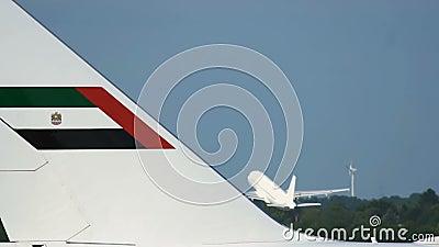 Primo piano della fusoliera e dell'aeroplano di Boeing 747 che decollano ai precedenti archivi video