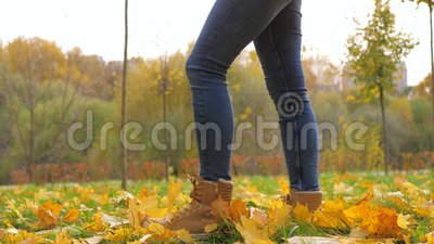 Primo Piano Delle Gambe Della Donna In Stivali Che Camminano