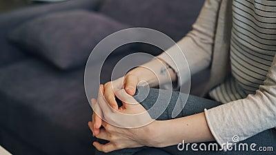 Primo piano delle mani commoventi della giovane donna che esprimono ansia e sforzo nervoso stock footage