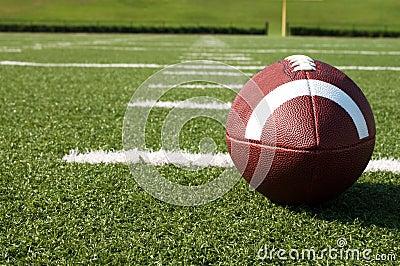 Primo piano di football americano sul campo