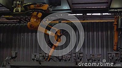 Primo piano di saldatura delle parti di metallo dalla saldatrice alla fabbrica scena Grandi robot-saldatori industriali dell'auto video d archivio