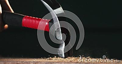 Primo piano lento del chiodo che ottiene colpo con il martello archivi video