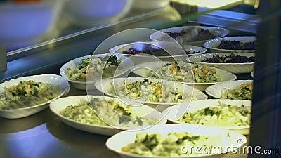Primo piano, vetrina con le insalate in mensa moderna, self-service, sala da pranzo resturant, ristorante di approvvigionamento p stock footage