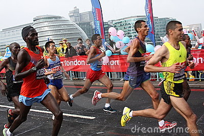Principales turbines dans le marathon 2010 de Londres. Photo éditorial
