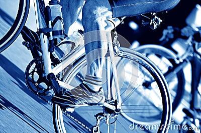 Priorità bassa andante in bicicletta