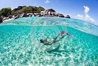 Prise d air libre de femme de plongeur