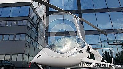 Privater Hubschrauber auf dem Parken nahe dem Bürogebäude stock video footage