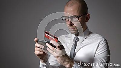 Problema com pagamento pelo cartão de crédito através do Internet O homem de negócios não pode fazer o pagamento, limite devido d video estoque