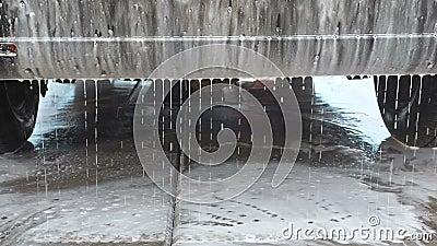 Proc?d? de lavage de voiture sur une station de lavage de libre service Un jet de l'eau avec un ? haute pression enl?vent la mous banque de vidéos
