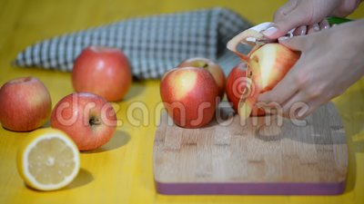 Proces rozcięcie łupa świeży jabłko diety karmowi narządzania warzywa Ręka ciący łupy jabłko zbiory
