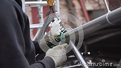 Processo de conectar o encerado cinzento à estrutura de alumínio com os pinos plásticos video estoque