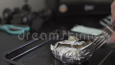 Processo de cozimento de camembert no forno Close up do movimento lento vídeos de arquivo